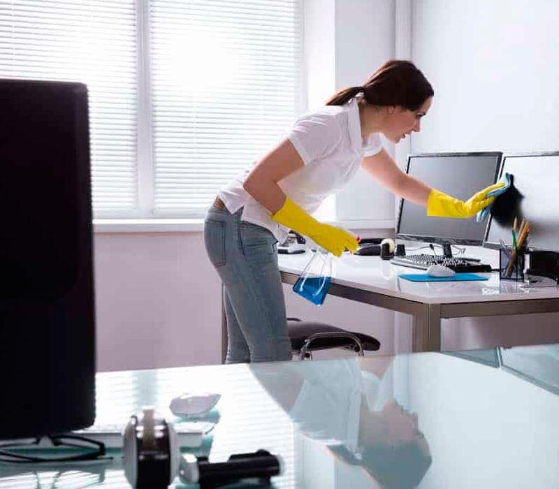 Empresa de limpieza de casas en Tarragona limpiando estudio